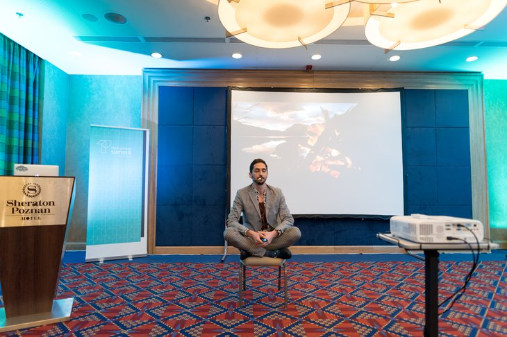 tech_power_summit_2019_-_paul_jurdeczka_meditating_on_stage.jpg__730x486_q85_crop_subsampling-2_upscale